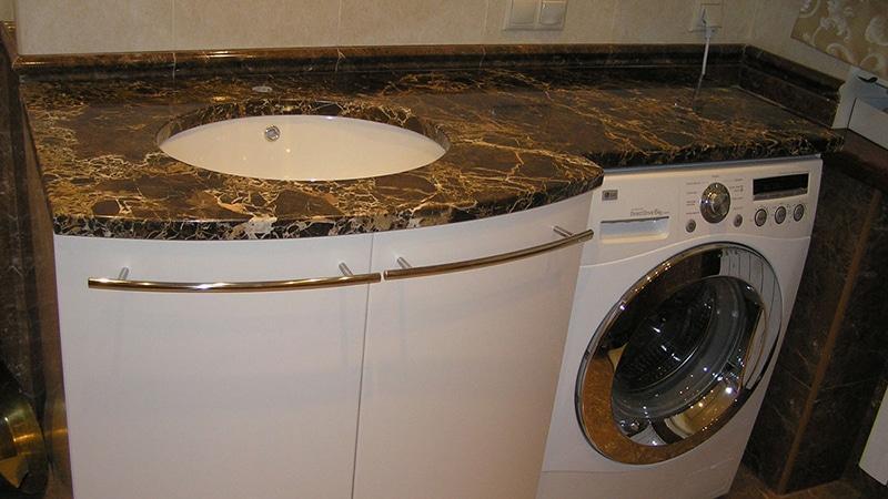 Под столешницей в ванной стиральная машина