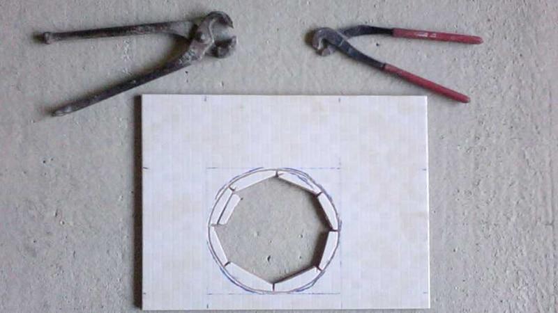 Как вырезать отверстие в плитке щипцами