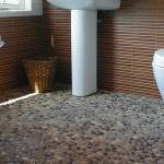 Галька на полу в ванной