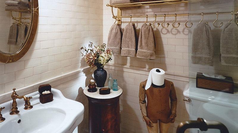Крючки для полотенец 25 фото особенности изделий на липучке в ванную комнату и на присосках в преддушевую На какой высоте лучше вешать и как сделать крючки своими руками из фанеры