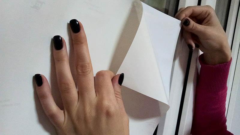 Процесс нанесения на поверхность самоклеющейся пленки