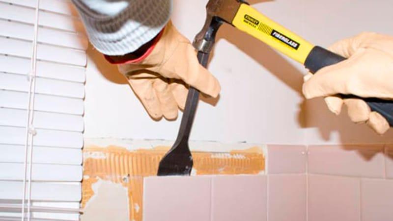 Сбиваем плитку в ванной своими руками