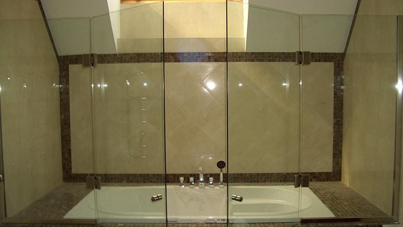 Стеклянные перегородки в ванную