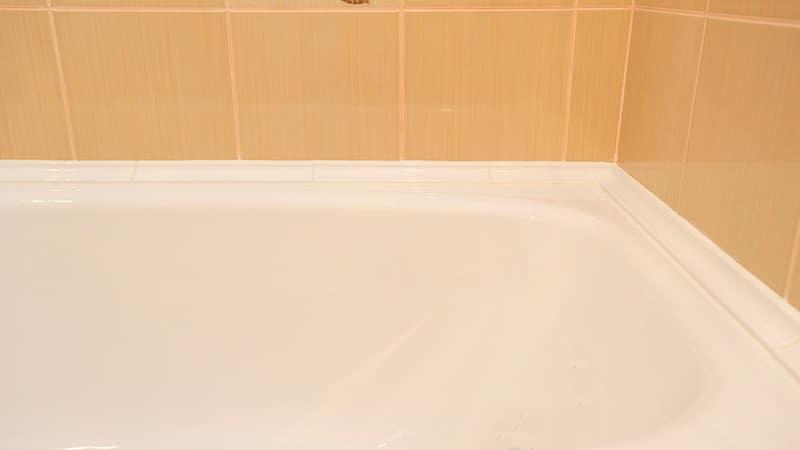 Заделываем стык между ванной и стеной