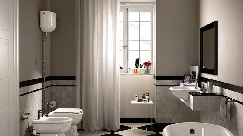 Унитаз с высоким бачком в ванной