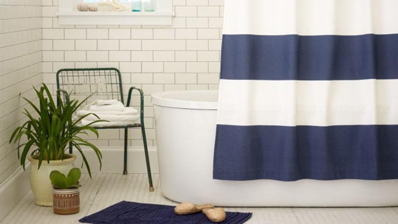 Дощатый пол в морском стиле в ванной