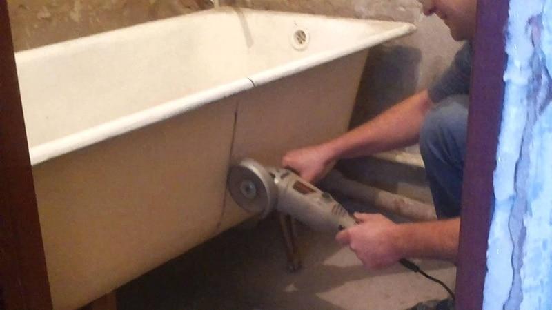 Демонтаж старой чугунной ванны кувалдой