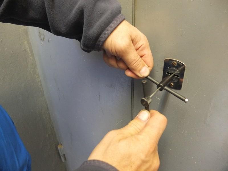 установка дверной ручки с защелкой