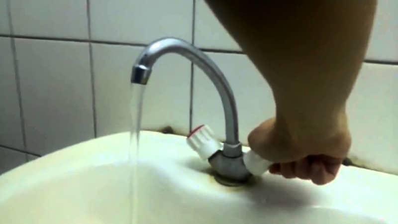 почему срывает кран с водой